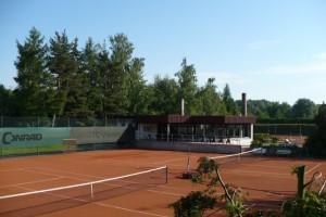 Vereinsheim mit Platz 1 und 2